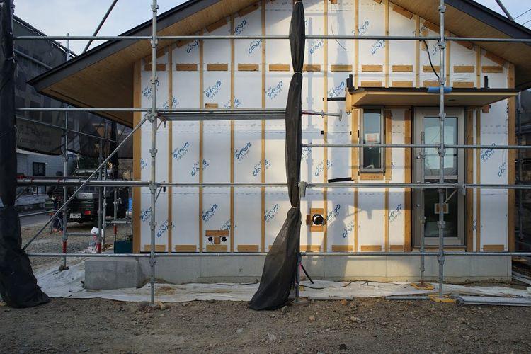 サッシ戸袋と板張りの外壁...